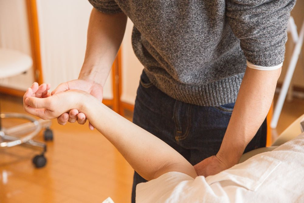 la clinica what are the benefits of chiropractic back adjustments